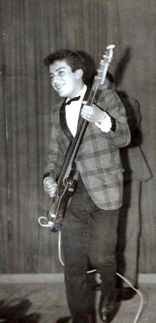 Gaston Garces tocando el bajo en Argentina, como Teen Top
