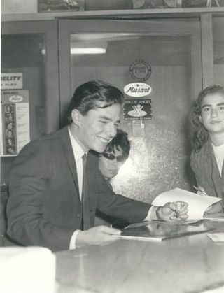 En el Mercado de Discos firmando autógrafos